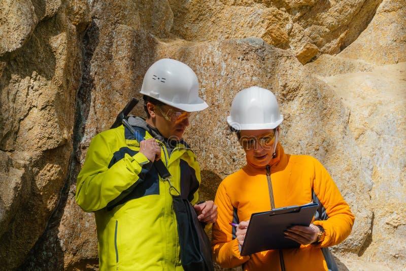 Geolodzy przeciw ska?om w jarze zdjęcia royalty free