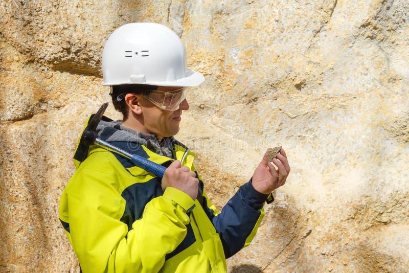 Geologe überprüft eine Probe von Steinim Freien lizenzfreies stockbild