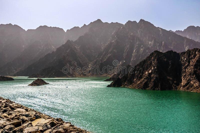 Geologische Landschaft von hatta Verdammung gekennzeichnet durch die trockenen und felsigen Berge und See zwischen Landschaftsber lizenzfreies stockfoto