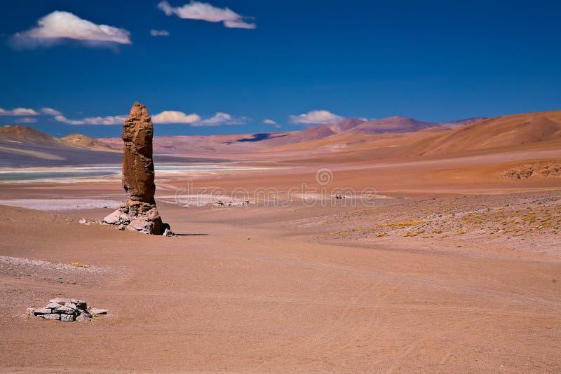 Geologische monoliet dicht bij Salar Aguas Calientes stock afbeeldingen
