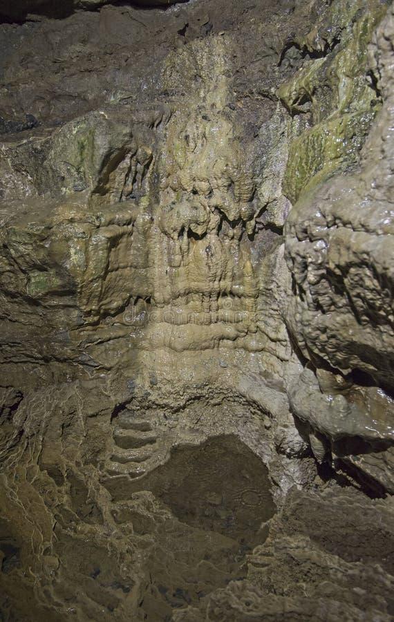 Geologische rotsvormingen in een ondergronds hol stock foto