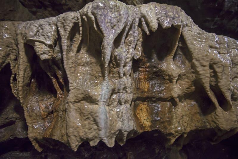 Geologische rotsvormingen in een ondergronds hol royalty-vrije stock afbeeldingen