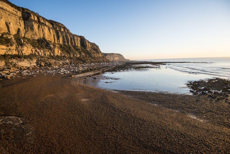 Geologischer Beweis der Klippenabnutzung bei Hastings, Ost-Sussex, England stockfotografie