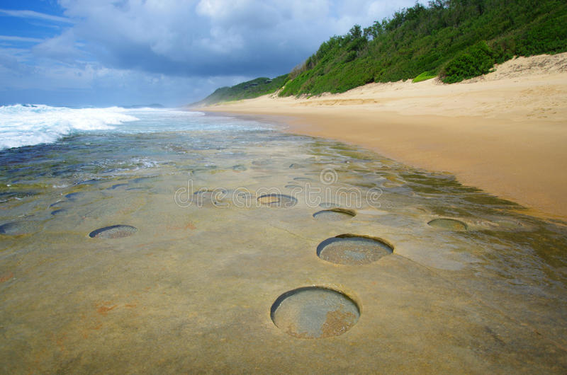 Geologiska bildande i den Mocambique kustlinjen arkivbilder