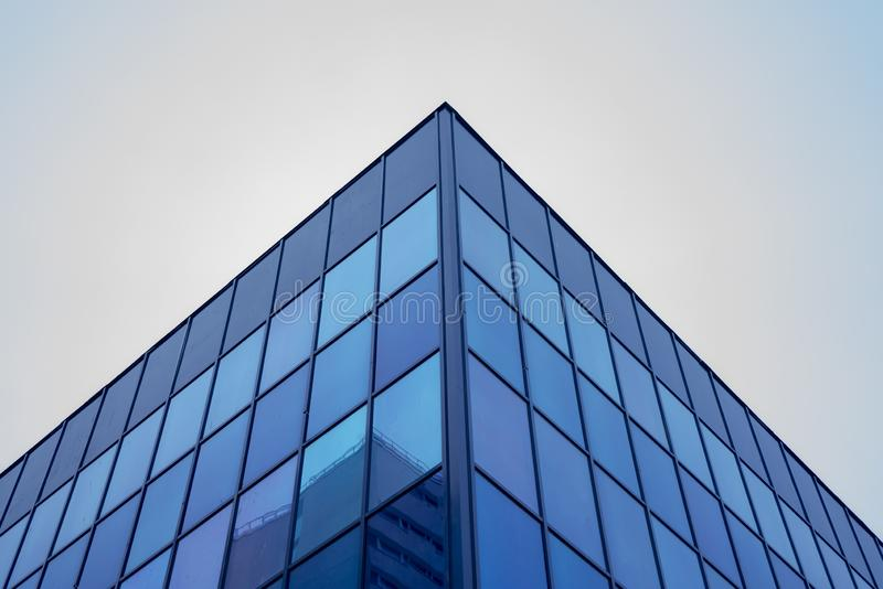 Geometría de cristal de las estructuras de edificio en fachada foto de archivo libre de regalías
