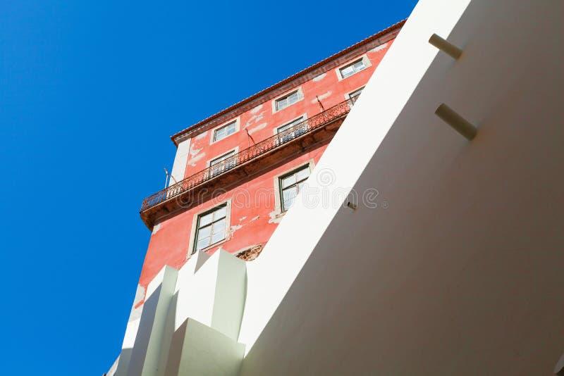 Geometría urbana, mirando para arriba Edificio moderno en el color blanco y edificio antiguo en color rosado brillante imagen de archivo