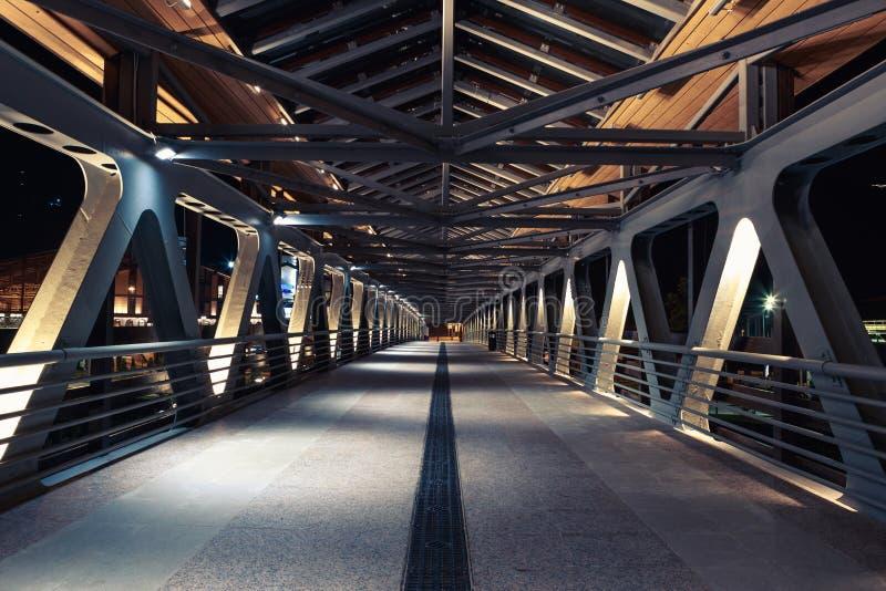 Geometria bonita da ponte iluminada da noite fotografia de stock