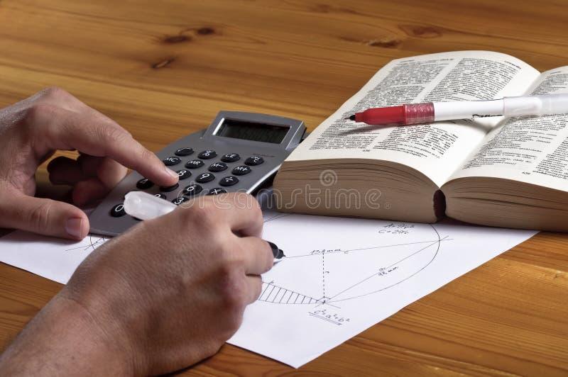Geometria calculadora do homem fotografia de stock royalty free