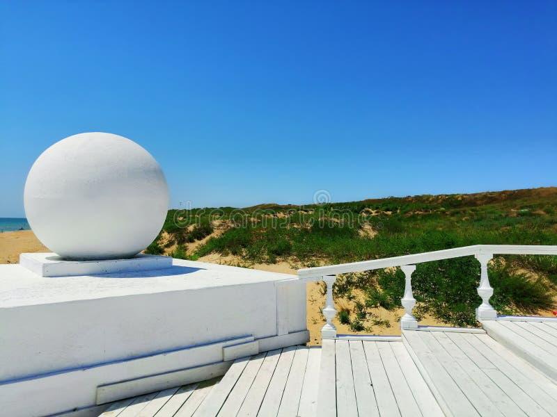Geometrie in der weißen Architektur gegen den Himmel stockfotografie