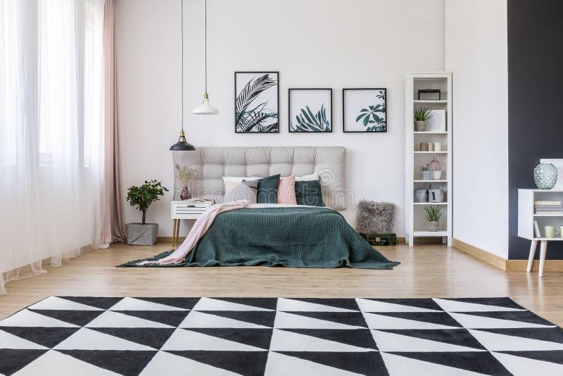 Geometrisch tapijt in slaapkamerbinnenland royalty-vrije stock foto