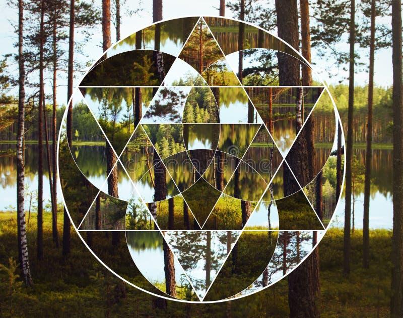 Geometrische Collage mit dem See und dem nordischen Wald, heilige Geometrie stockfoto
