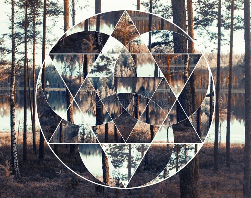 Geometrische Collage mit dem See und dem nordischen Wald, heilige Geometrie stockfotos