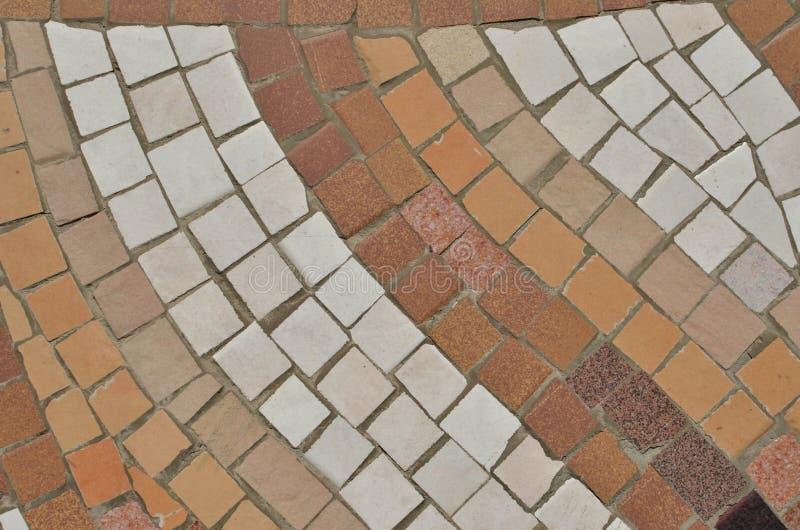 Geometrische diagonale patroonachtergrond die van bruine mozaïektegels wordt gemaakt stock foto