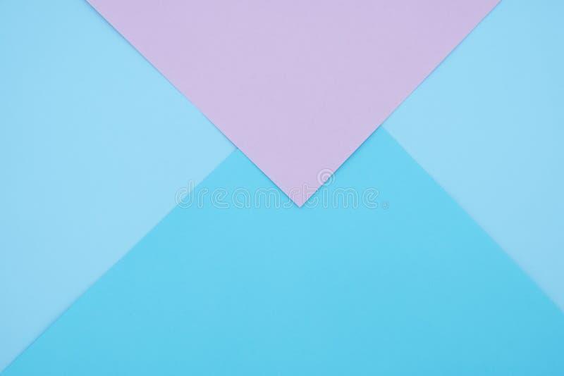 Geometrische Ebene des blauen und rosa Pastellfarbpapiers legen Hintergrund stockfotografie