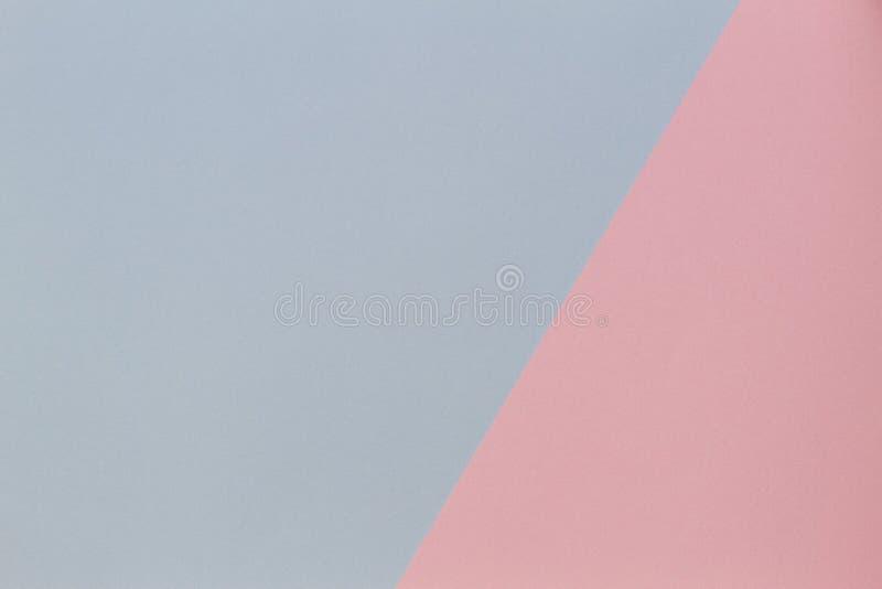 Geometrische Ebene des blauen und rosa Pastellfarbpapiers legen Hintergrund lizenzfreie stockfotos