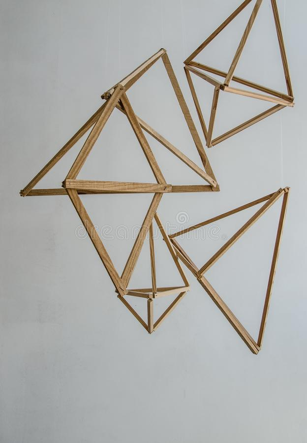 geometrische Formen, die in der Luft auf einem Weiß schweben lizenzfreie stockfotografie