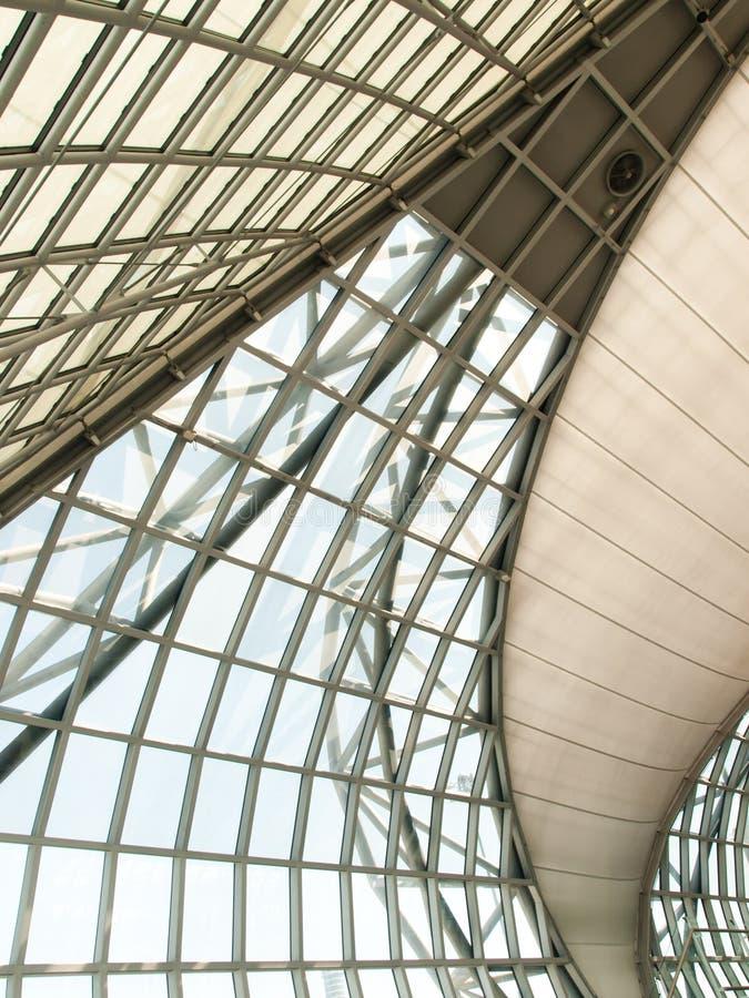 Geometrische Glasfassade lizenzfreie stockfotografie