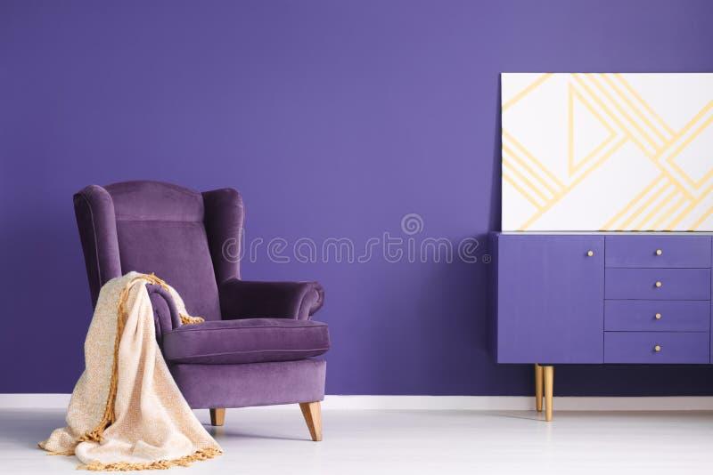 Geometrische Malerei auf einem purpurroten Kabinett im eleganten Wohnzimmer herein lizenzfreies stockbild
