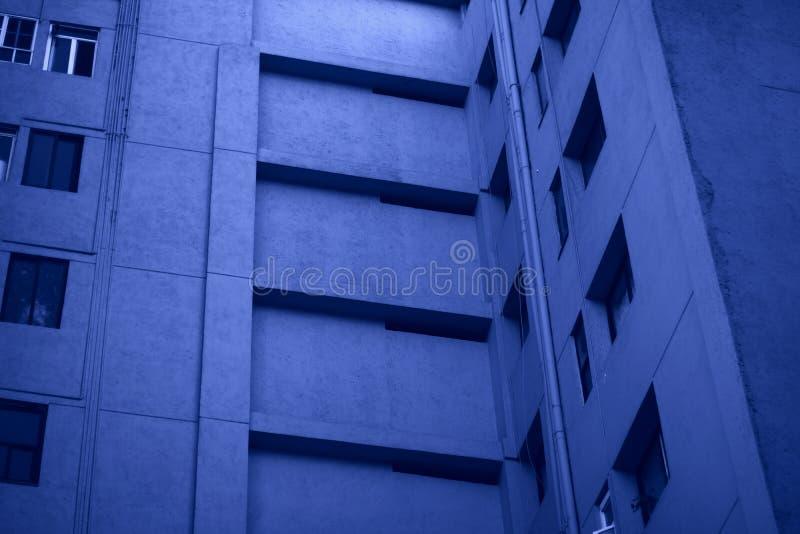 Geometrische Perspektive, urbane blaue Fenster lizenzfreie stockfotos