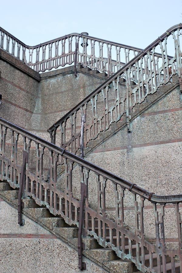 Geometrische Treppe und Geländer stockbild