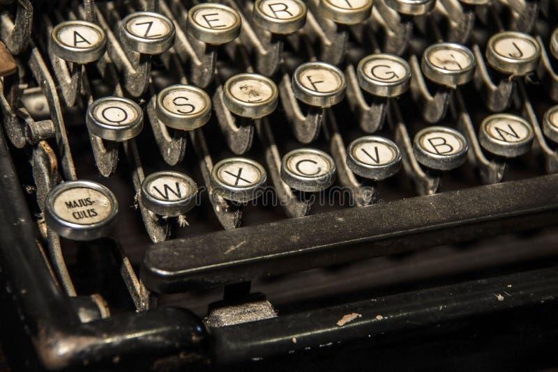 Geometrische Verzierung auf einem alten Papier Alte Schreibmaschinentasten stockfoto