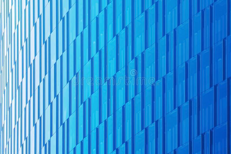 Geometrischer architektonischer städtischer Hintergrund in den blauen Tönen Die Glasfassade eines Wolkenkratzers lizenzfreies stockbild