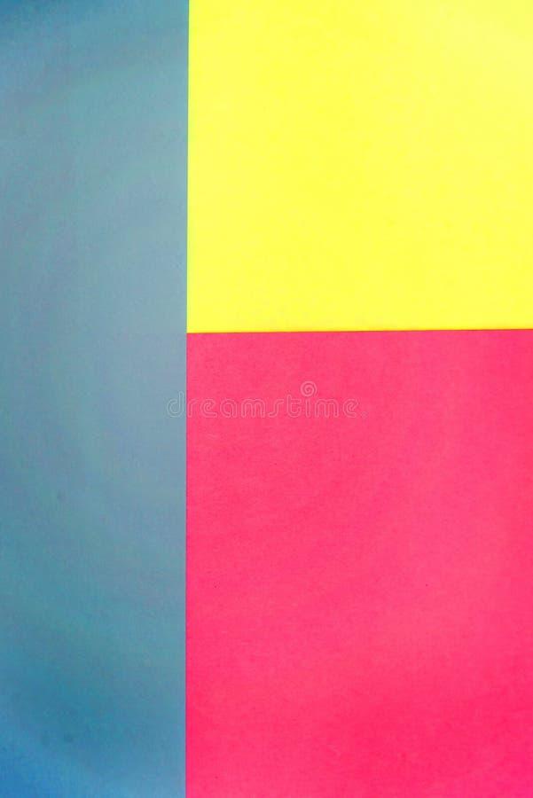 Geometrischer flacher gelegter Hintergrund des blauen, rosa und gelben Pastellfarbpapiers lizenzfreie stockfotografie