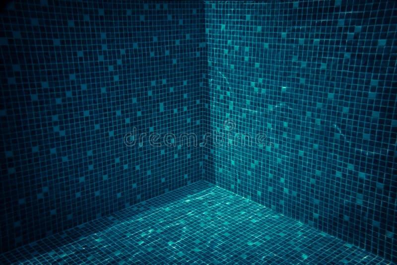 Geometrischer Hintergrund des Swimmingpool-Baus mit transparentem Türkiswasser stockbilder
