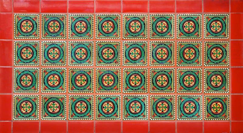 Geometrisches Keramikfliesenmosaik mit einer roten Grenze stockfotografie
