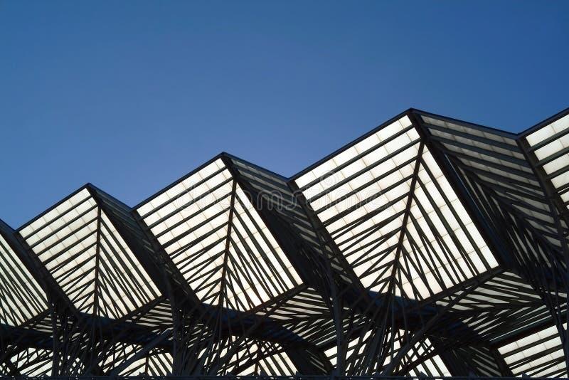 Geometrisches metallisches Gebäude lizenzfreie stockfotografie