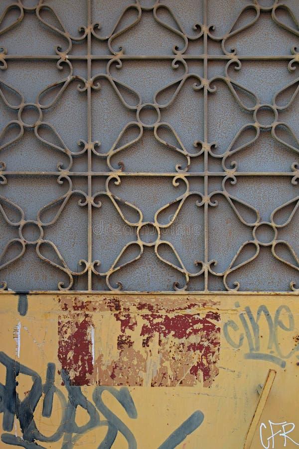 Geometrisches Motiv des Metalltür-Musters stockfoto