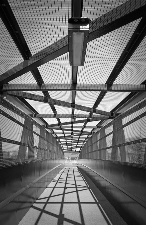 Geometrisk design i den gamla bron som spänner över järnvägen royaltyfria foton