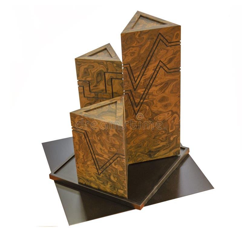 Geometrisk formstillebensammansättning Tredimensionell prisma en pyramid av tre höga trianglar som göras av isolerad granit på arkivbild