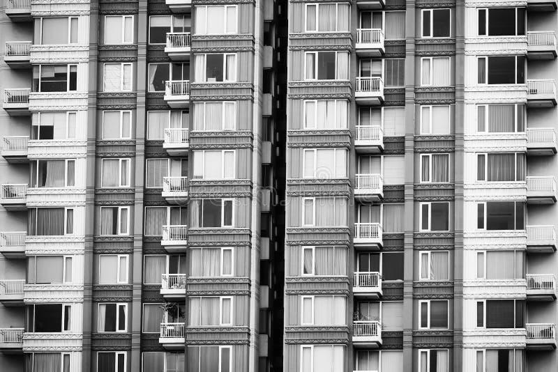 Geometrisk modell av arkitektur Detaljbalkong av byggnad modern vägg Polygonal struktur Svartvitt av abstrakt begrepp royaltyfria bilder