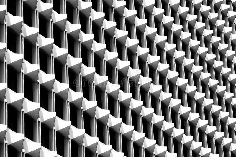 Geometrisk triangelmodell av arkitektur Detaljer av cementbyggnad modern vägg Polygonal struktur och linje svart white royaltyfri bild