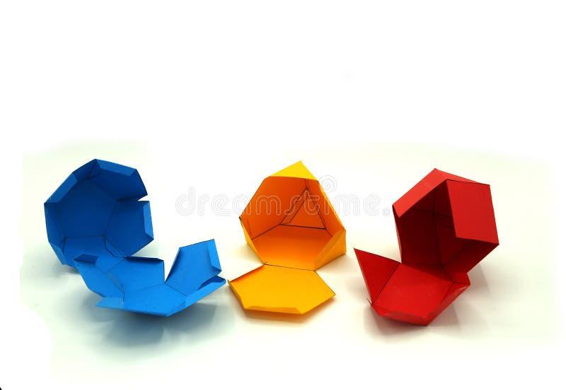 Geometriskt formsnitt ut ur blått papper och som fotograferar på vit bakgrund dodecahedron 2d hopfällbara form att bilda en form  royaltyfri fotografi