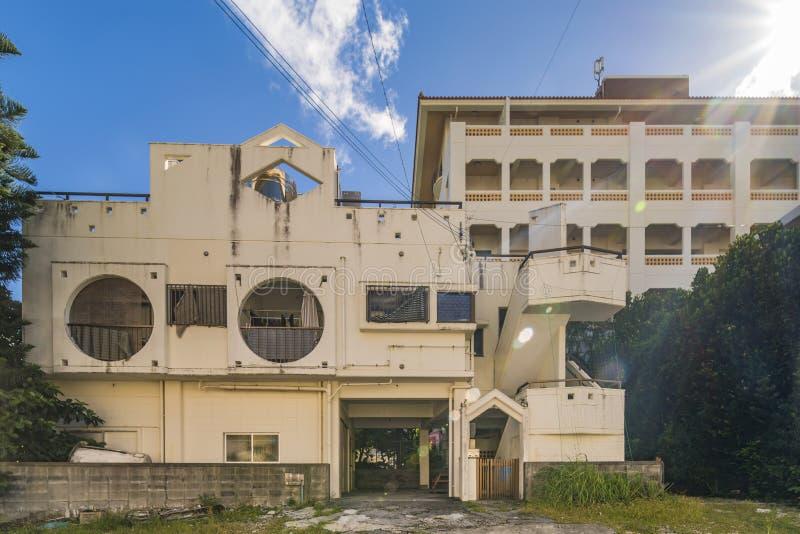 Geometryczni kształty kompleks mieszkaniowy w pobliżu Amerykańskiej wioski w Chatan mieście Okinawa zdjęcie royalty free
