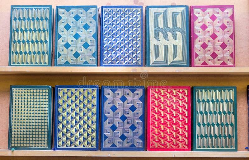 Geometryczni wzory embossed w ciężkie pokrywy książki obraz stock