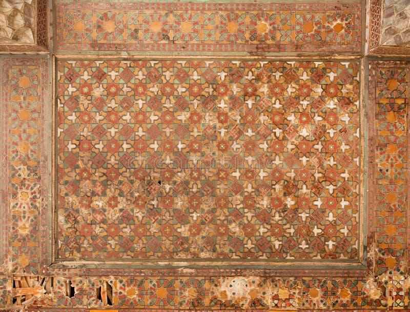 Geometryczni wzory sufit w starym Perskim pałac fotografia royalty free