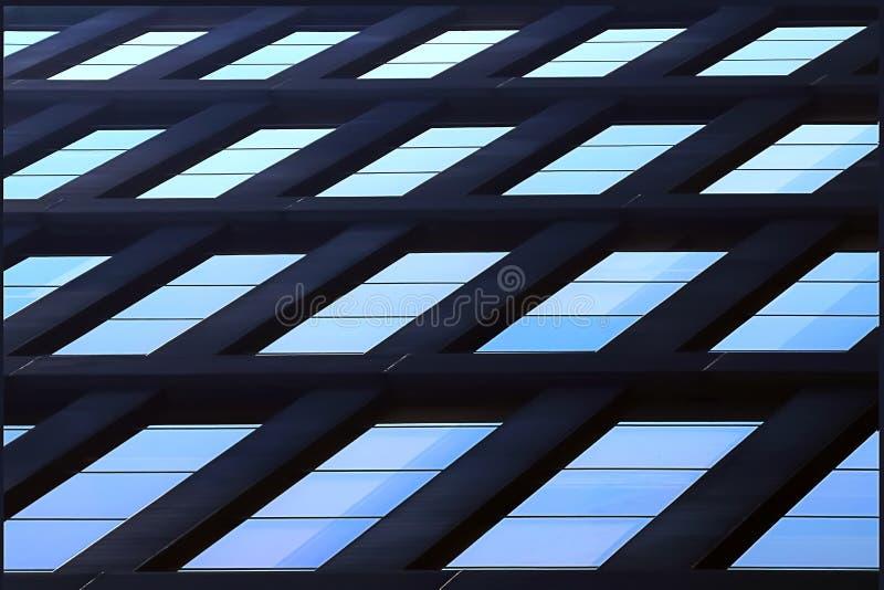 Geometryczny architektoniczny tło błękit Drapaczy chmur szklani okno zdjęcia stock