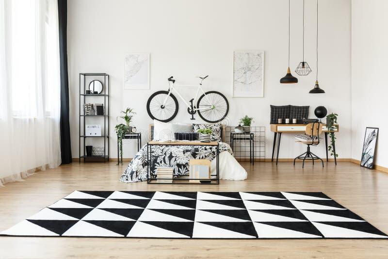 Geometryczny dywan w przestronnej sypialni zdjęcie stock