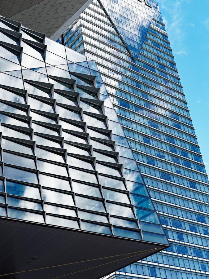 Geometryczny wzór, drapacza chmur okno odbicia fotografia stock