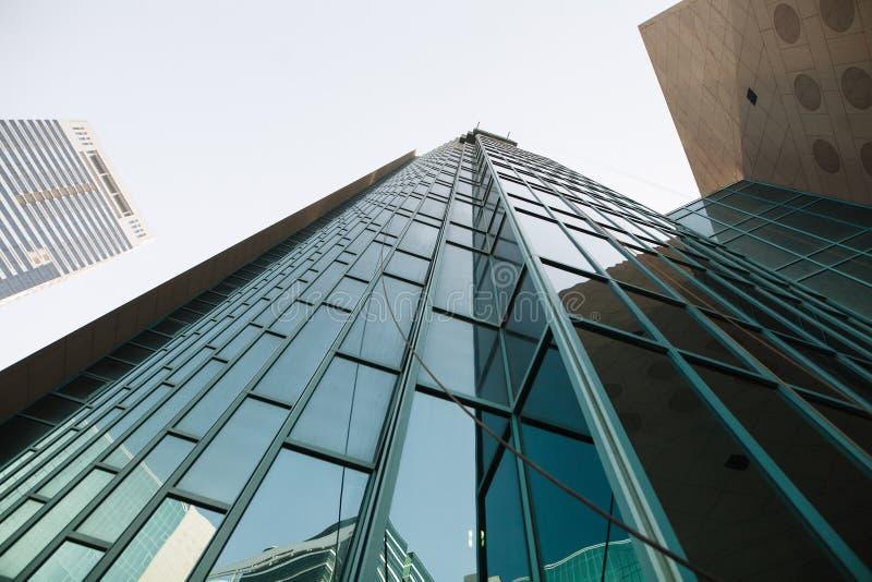geomorfologiczny Wysoki szklany miasto budynek, niebo i obrazy royalty free