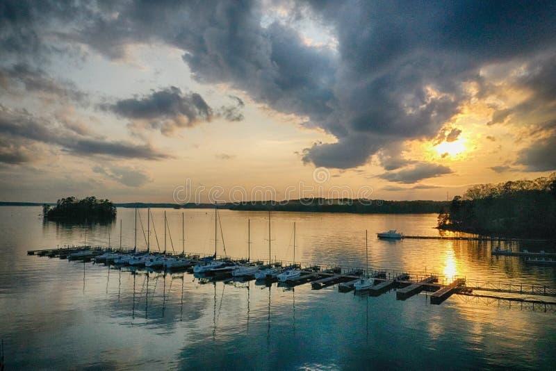 Geoorloofde boten op zonsondergang stock foto