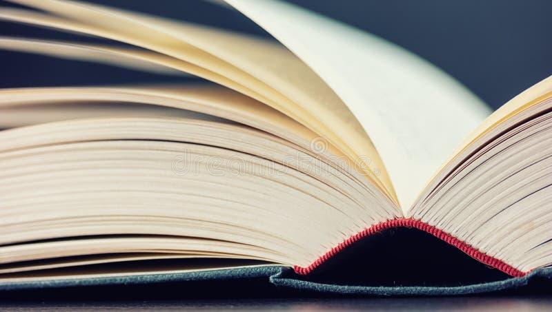 Geopend boek op een lijst stock foto