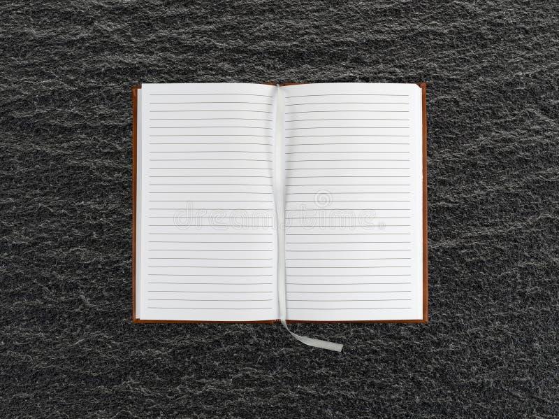 Geopend dagboek op een zwarte leilijst stock foto