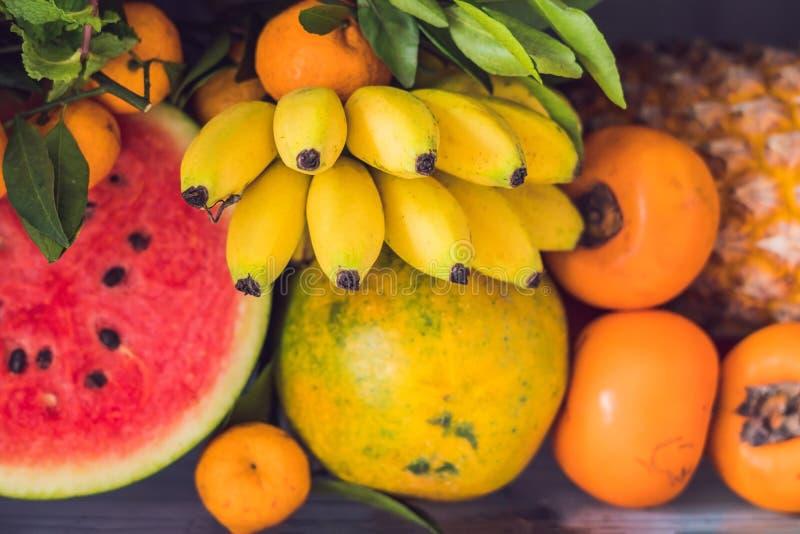 Geopend ijskasthoogtepunt van vegetarisch gezond voedsel, trillende kleurengroenten en vruchten binnen op koelkast Veganistkoelka stock fotografie