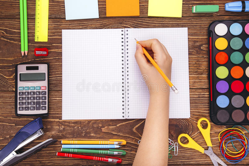 Geopend leeg notitieboekje, hand met een brushwithkader van schoolsup stock afbeeldingen