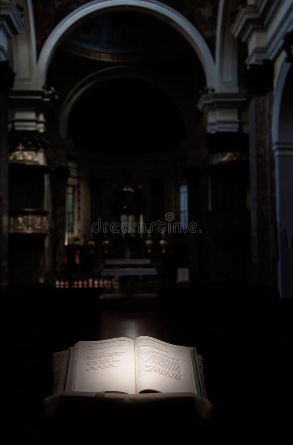 Geopende Bijbel in de kerk stock foto's