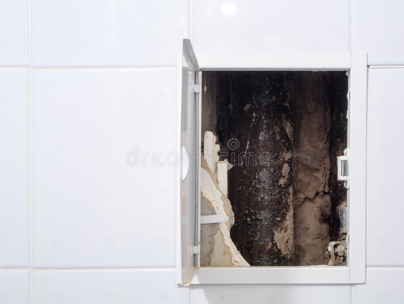 Geopende deur in de badkamers met binnen pijpleiding stock fotografie